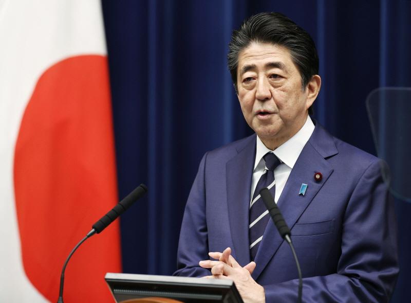 아베 신조 일본 총리가 29일(현지시간) 저녁 관저에서 기자회견을 열고 정부가 추진하는 코로나19 확산 방지 대책에 대한 이해와 협조를 당부하고 있다.